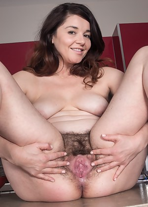 Free Mature Spread Pussy Porn Pictures